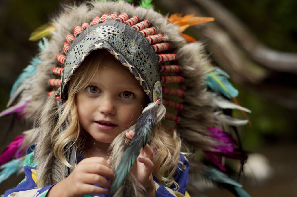 Girl soldier an Indian dress on head from feathers (5)